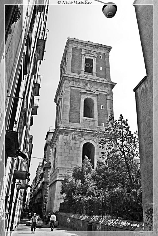 il campanile di santa chiara visto dall'esterno